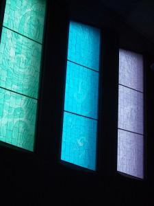 Fönstren är gjorda av färgade 4 cm tjocka etsade glasplattor som ger ett behagligt ljus i lokalen.