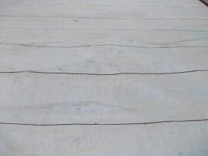 Snidade väggar i aulan. Sidoväggarna matchar varandra. Den ena sidan är konkav och motsatt sida med samma mönster men konvex.