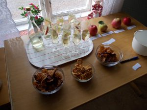 Drink med äppelmust. rotfrukt- och äppelchips samt torkade äppelringar.