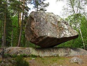 Bild av en stor sten i en trädgård